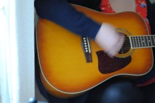 Kerri on guitarra
