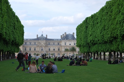 Le Jardin du Luxembourg frames the French Senate