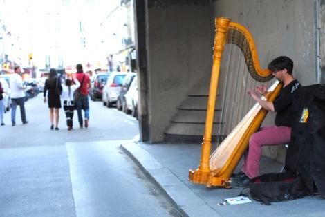 Harpist in les arcades de la place des vosges