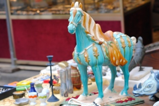 Turquoise horse at a marché, anyone?